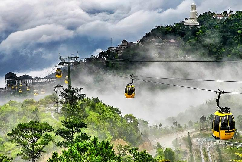 Take Ba Na cable car to admire the scenery.